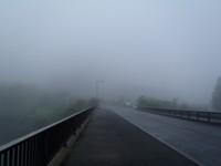 橋の向こうの山は見えない